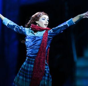 Artystka Cirque du Soleil podczas pokazu na lodzie CRYSTAL w Moskwie