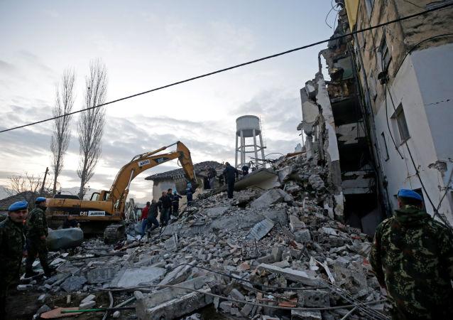 Zburzony w wyniku trzęsienia ziemi dom w Albanii