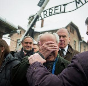 Auschwitz. Mordechai Ronen, ocalały z Holokaustu (w centrum) z prezesem Światowego Kongresu Żydów Ronaldem Lauderem (drugi z prawej), Oświęcim, 26 stycznia 2015