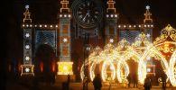 """Zegar """"Czas Bożego Narodzenia"""" przed Głównym Pawilonem Ogólnorosyjskiego Centrum Wystawowego."""