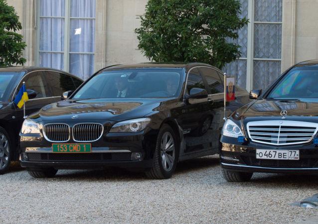 Samochody prezydentów Rosji, Ukrainy i federalnej kanclerz Niemiec w czasie spotkania przywódców czwórki normandzkiej w Paryżu