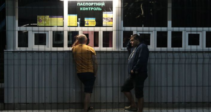 Obywatele Ukrainy na międzynarodowym przejściu granicznym na granicy ukraińsko-polskiej
