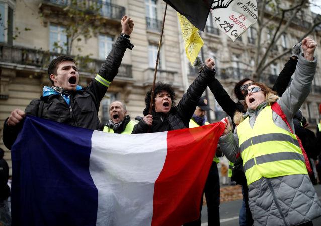 Uczestnicy demonstracji przeciwko reformie emerytalnej w Paryżu