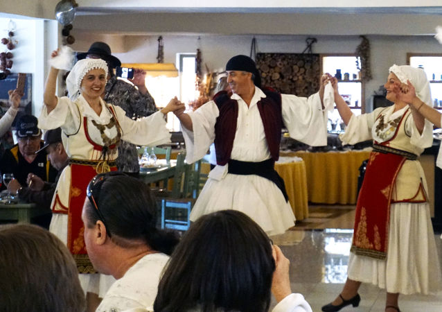 Grecy tańczą tradycyjny grecki taniec sirtaki, Katakolo