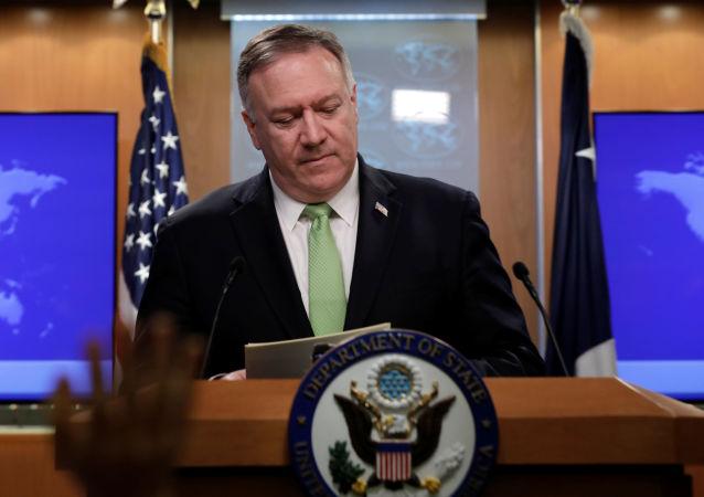 Sekretarz stanu USA Mike Pompeo na konferencji prasowej w Waszyngtonie