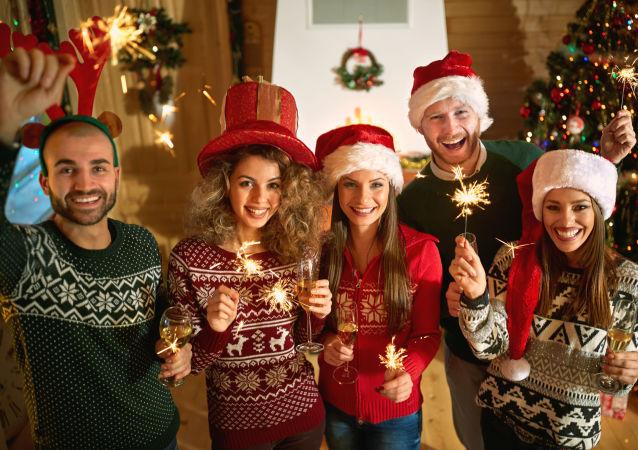 Przyjaciele świętują Boże Narodzenie.