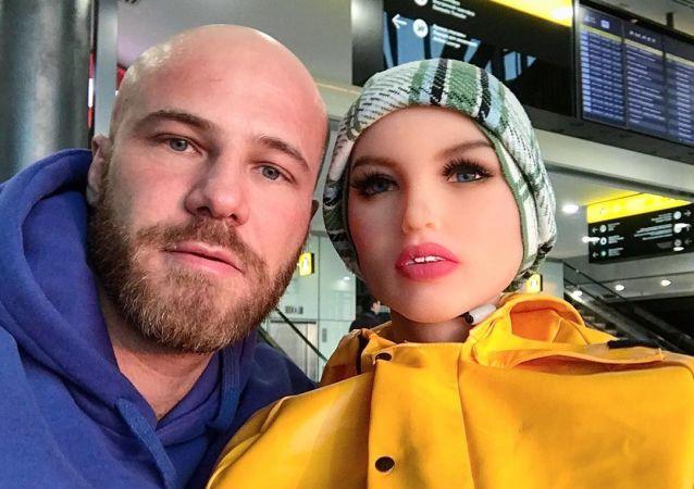 Kulturysta Jurij Tołoczko z lalką Margot