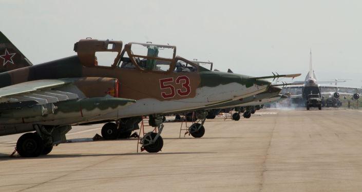 Rosyjski myśliwiec Su-25 w bazie lotniczej Hmelmin w Syrii