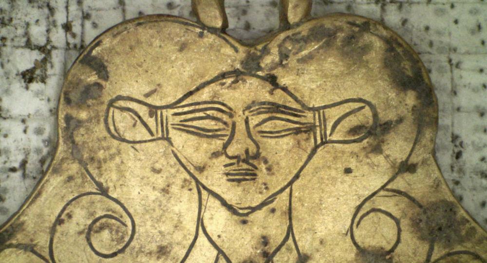Złoty wisiorek z wizerunkiem egipskiej bogini Hathor, znaleziony w mogile liczącej 3,5 tys. lat niedaleko Pylos w Grecji