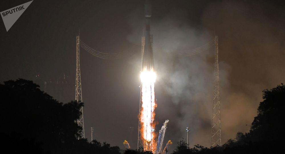 """Wystrzał rakiety nośnej """"Sojuz-ST"""" z kosmodromu Kourou w Gujanie Francuskiej"""