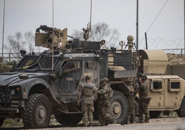 Amerykańscy wojskowi w bazie nieopodal złoża Omar