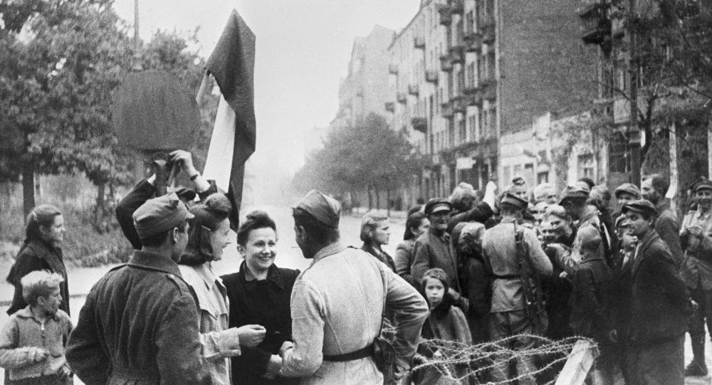 Mieszkańcy Warszawy i żołnierze Armii Czerwonej, wyzwolona Warszawa