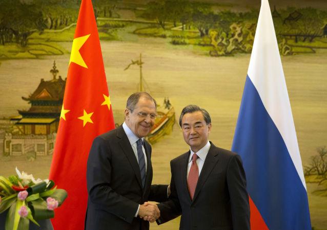Minister spraw zagranicznych Rosji Siergiej Ławrow i chiński minister spraw zagranicznych Wang Yi na spotkaniu w Pekinie