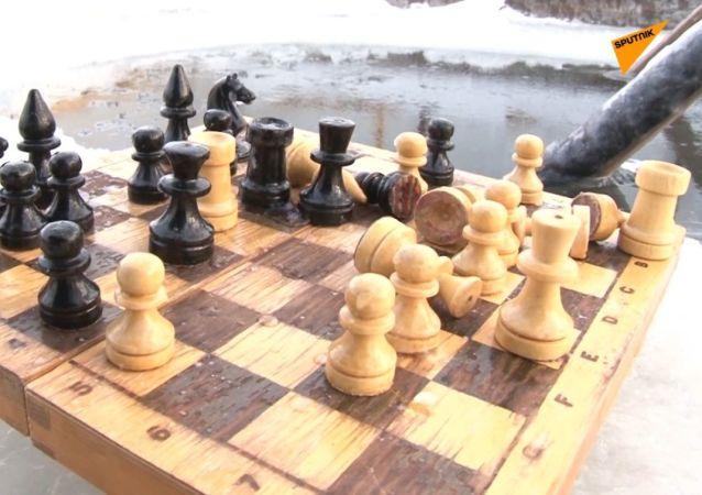 Gra w szachy w lodowatej wodzie