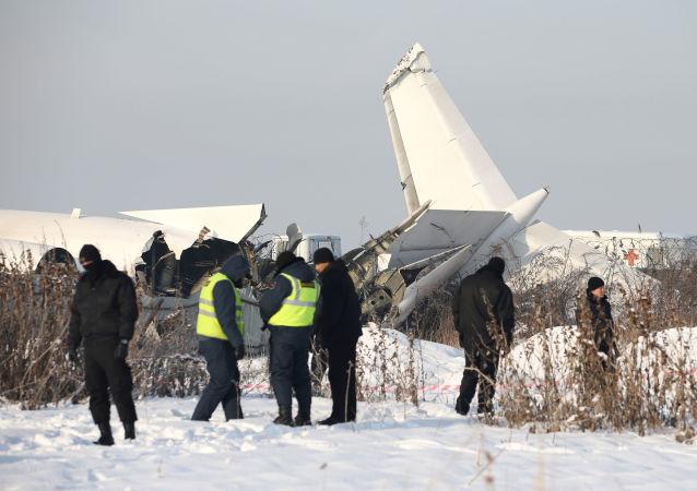 Pracownicy służb ratowniczych i policji na miejscu katastrofy samolotu Fokker 100 w Kazachstanie