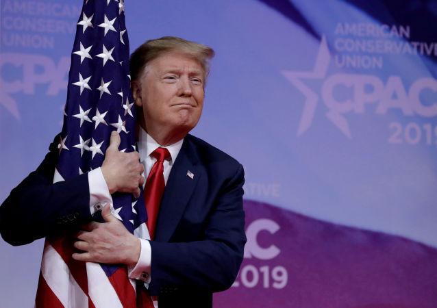 Trump z amerykańską flagą