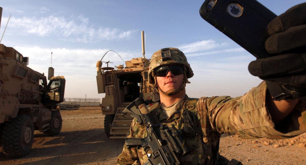 Amerykański żołnierz robi sobie selfie, Mosul, 2016 rok