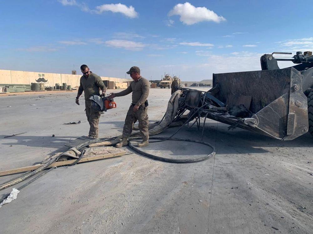 Amerykańscy żołnierze czyszczą bazę wojskową po ostrzelaniu, Irak