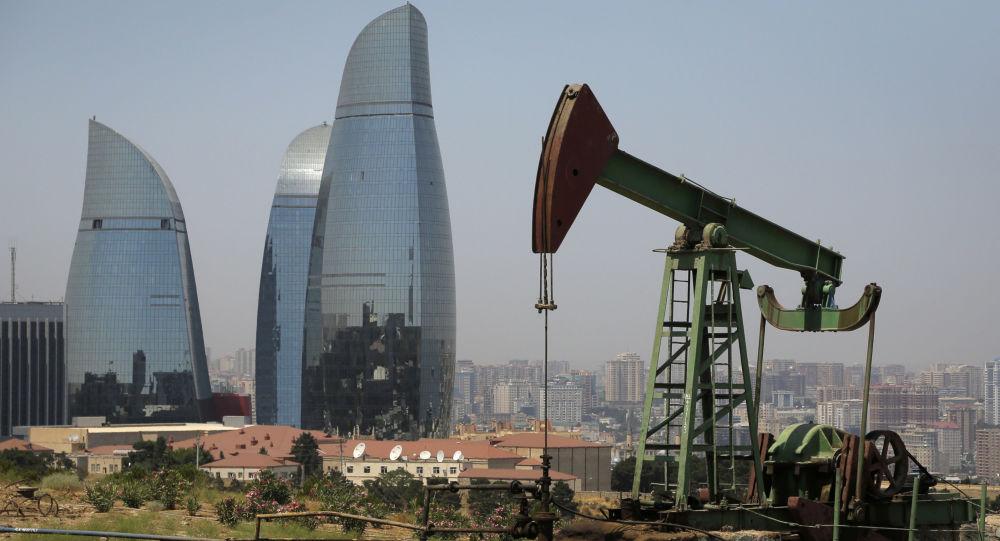 Kiwon na tle wieżowców w Baku