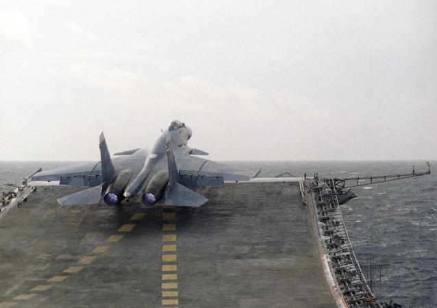 Myśliwiec Su-27K na pokładzie ciężkiego krążownika Admirał Kuzniecow