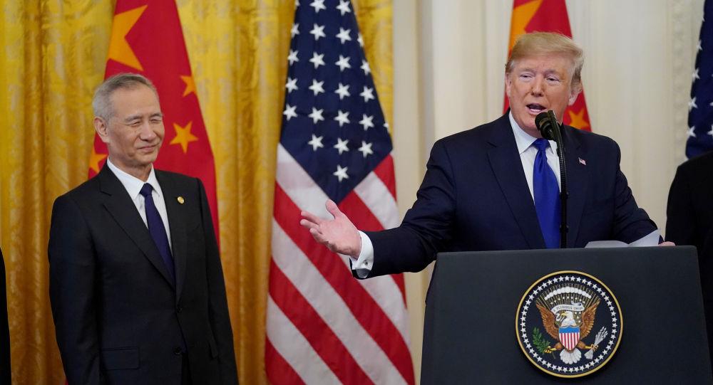 Wicepremier Rady Państwowej Chin Liu He i prezydent USA Donald Trump po podpisaniu umowy handlowej