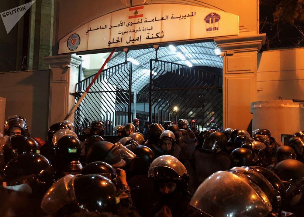 Funkcjonariusze policji w czasie starć z uczestnikami antyrządowych demonstracji przed budynkiem MSW.