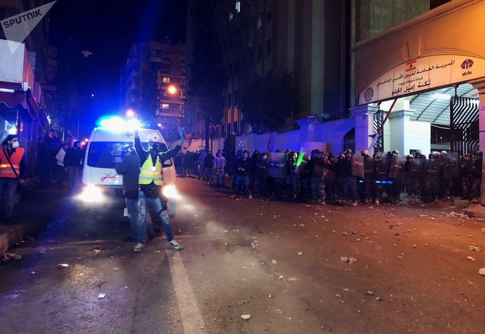 Pracownicy policji w czasie starć z uczestnikami demonstracji antyrządowych przed buynkiem MSW.