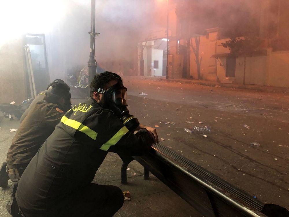 Funkcjonariusze straży pożarnej i policji dyżurują w czasie starć w Bejrucie.