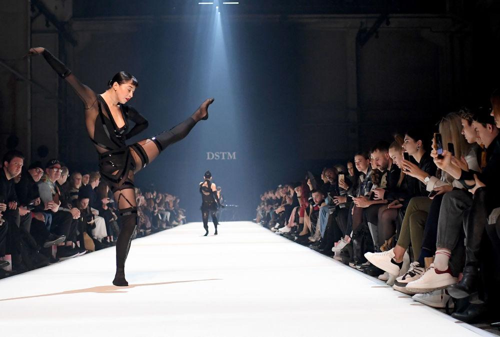 Modelka prezentuje kolekcję Dont Shoot The Messengers (DSTM) podczas Tygodnia Mody w Berlinie