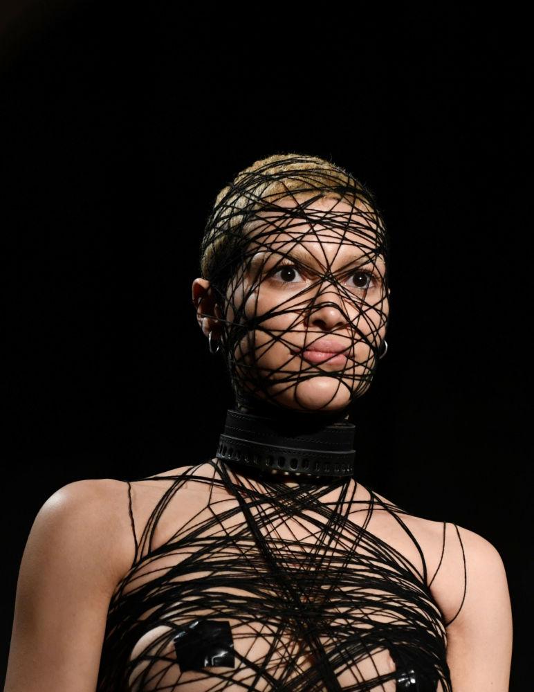 Modelka prezentuje kolekcję Obectra podczas Tygodnia Mody w Berlinie