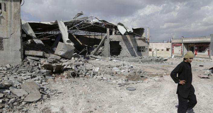 Zniszczenia w miejscowości Idlib po nalotach punktowych rosyjskiego lotnictwa na pozycje PI w Syrii