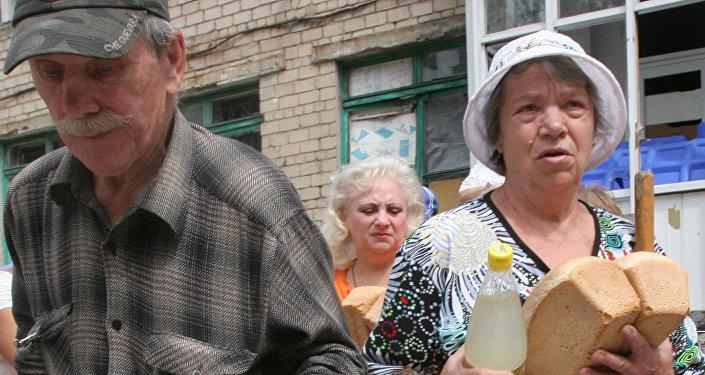 Rozdawanie pomocy humanitarnej w Doniecku