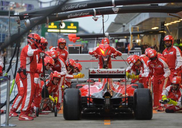 Mexhanicy Ferrari obsługują jeden z bolidów spółki w Sochi