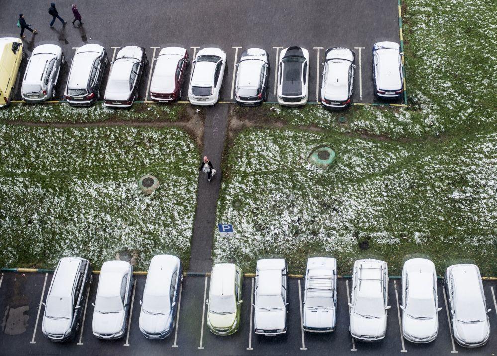 Zaśnieżone samochody w dzielnicy sypialnej Moskwy