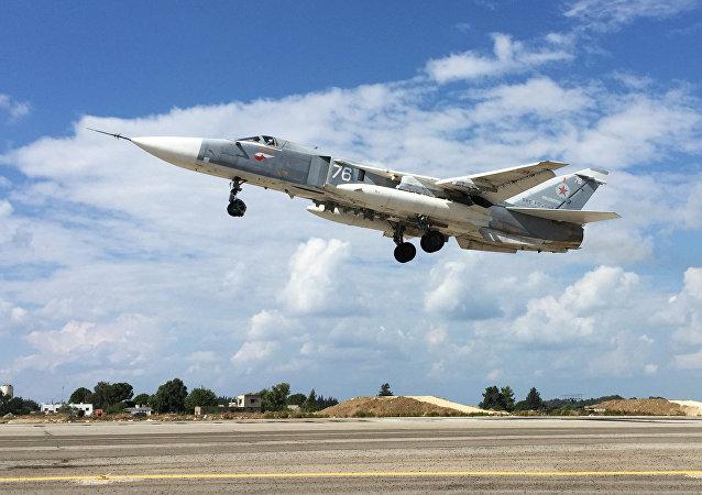 Rosyjski samolot Su-24 startuje z bazy Hmeimim w Syrii