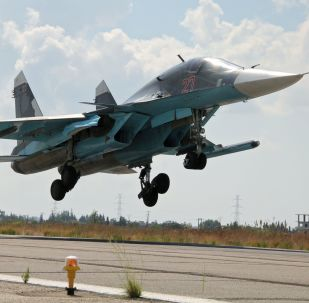 Rosyjski myśliwiec Su-34 ląduje na lotnisku Latakia w Syrii
