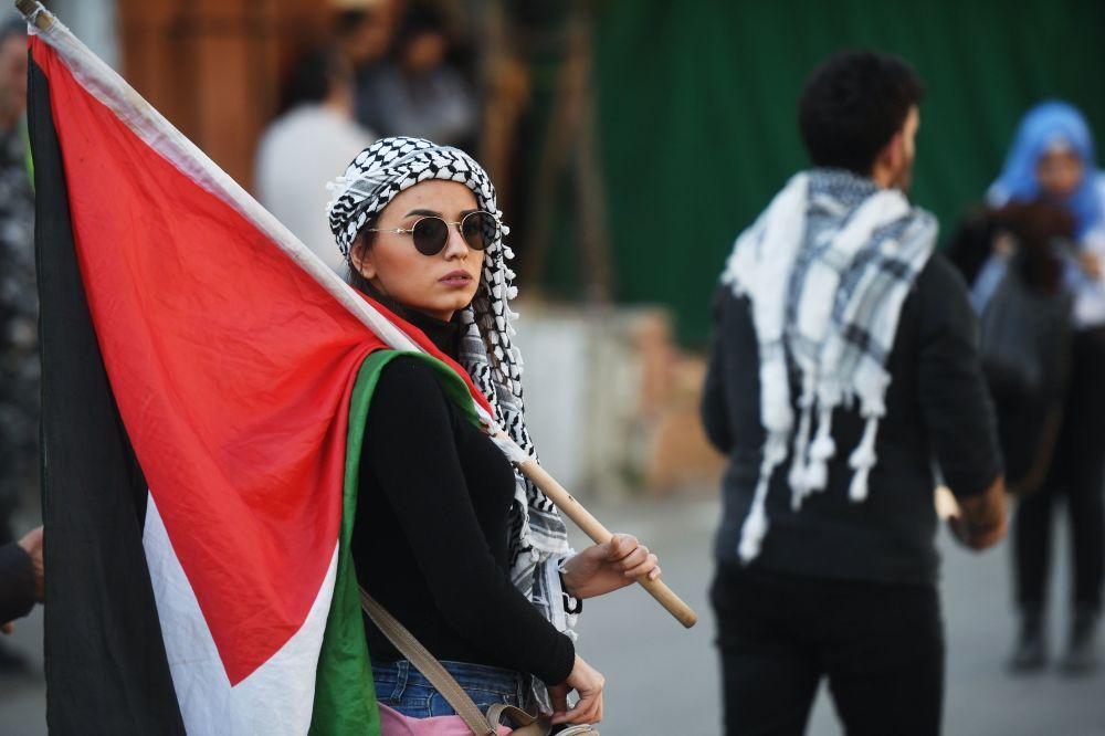 """Uczestniczka protestu przy ambasadzie USA w Bejrucie przeciwko """"umowie stulecia"""" dot. pokojowego rozwiązania konfliktu między Izraelem a Palestyną"""