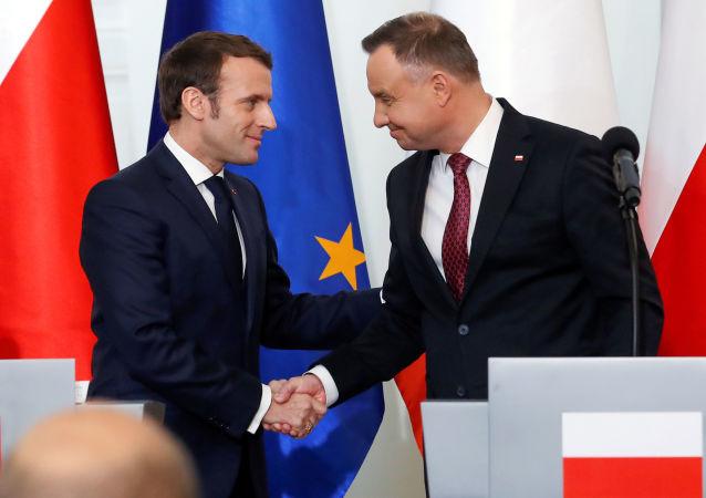 Prezydent Polski Andrzej Duda i Prezydent Francji Emmanuel Macron podczas konferencji prasowej w Warszawie.