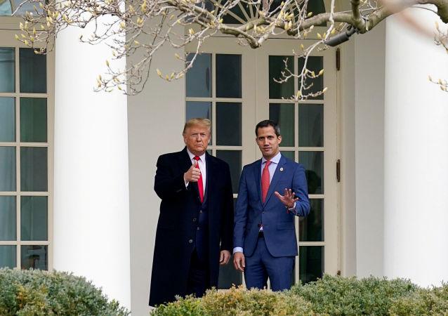 Prezydent USA Donald Trump i Juan Guaido w Białym Domu