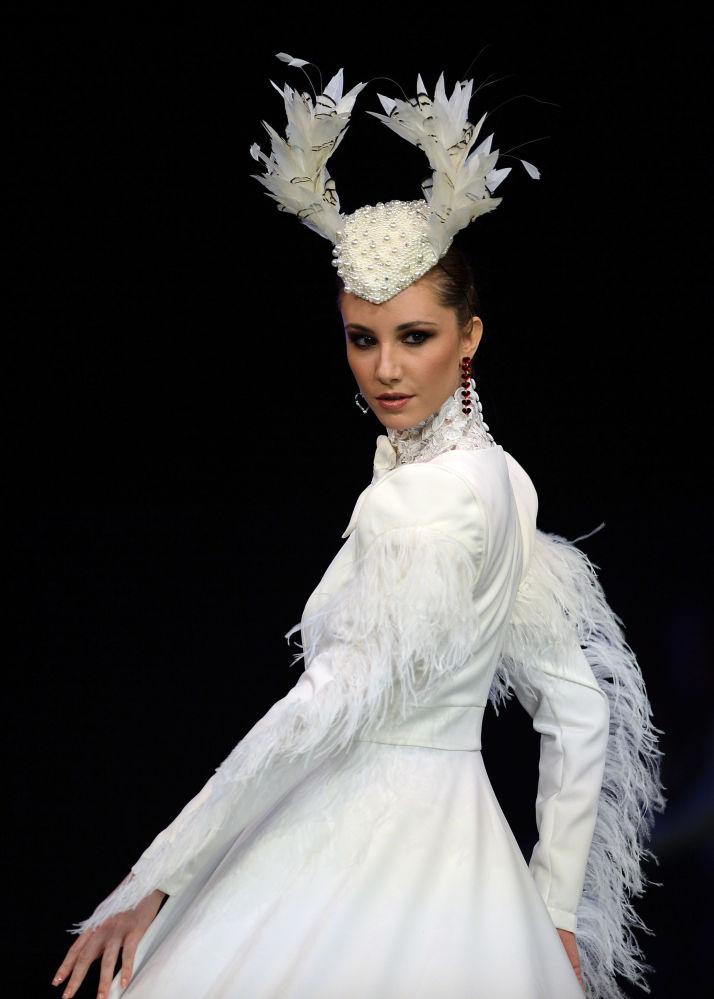 Modelka w kreacji zaprojektowanej przez Provincia de Granada podczas Międzynarodowego Pokazu Flamenco Fashion Show