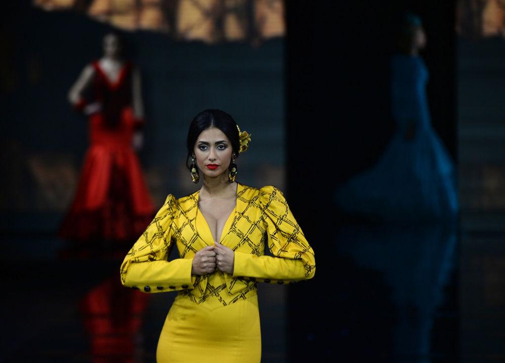 Modelka w kreacji zaprojektowanej przez Loli Vera podczas Międzynarodowego Pokazu Flamenco Fashion Show