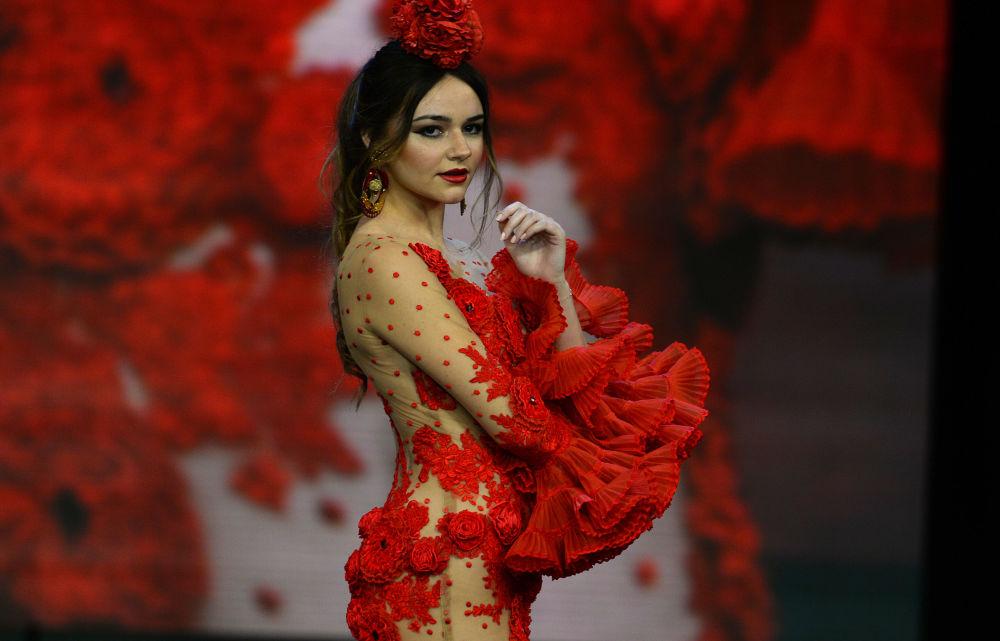 Modelka w kreacji zaprojektowanej przez Teressa Ninu podczas Międzynarodowego Pokazu Flamenco Fashion Show