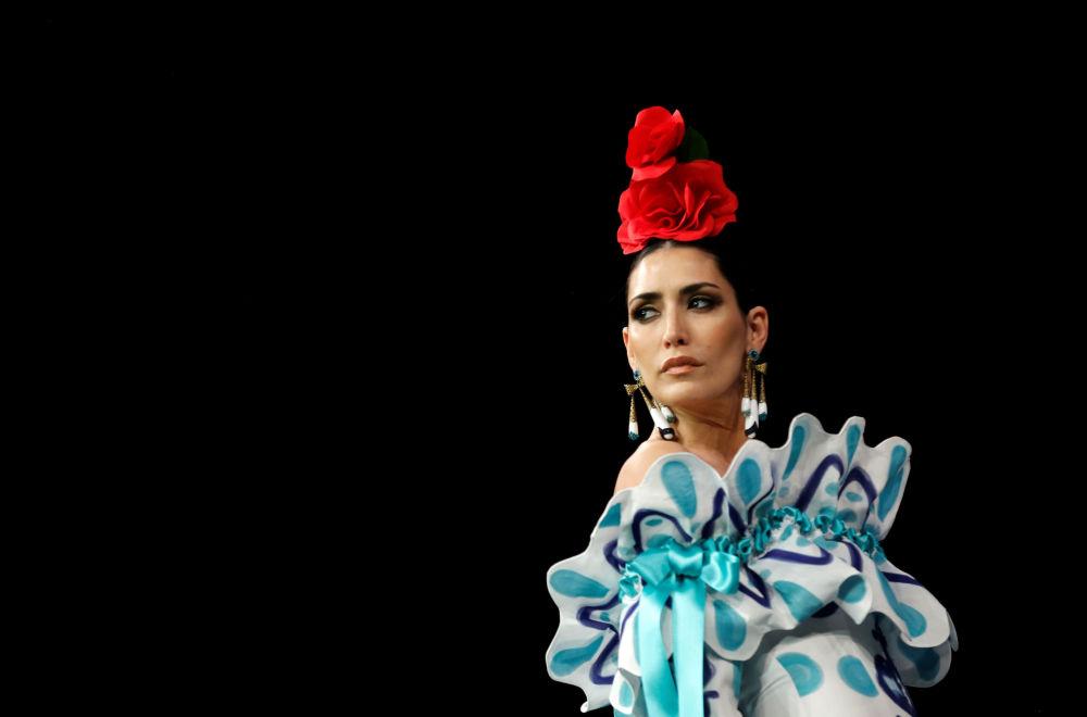 Modelka w kreacji zaprojektowanej przez Antonio Gutierrez podczas Międzynarodowego Pokazu Flamenco Fashion Show