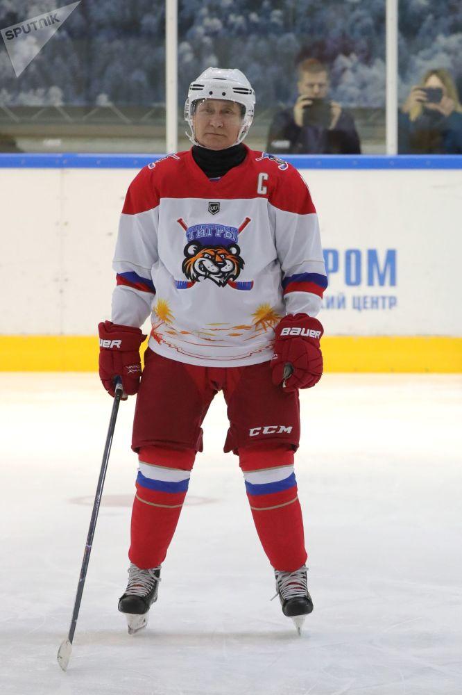 Władimir Putin gra w hokeja w Soczi