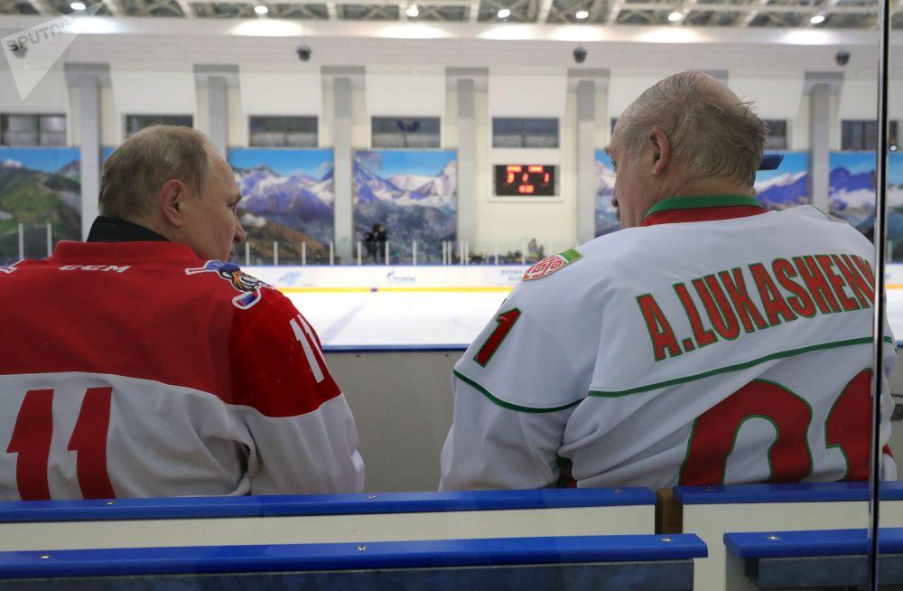 Władimir Putin i Aleksandr Łukaszenka grają w hokeja w Soczi