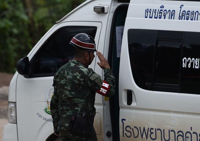 Tajlandzki funkcjonariusz policji przy karetce pogotowia