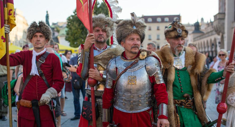 Mężczyźni w kostiumach stylizowanych na polską szlachtę