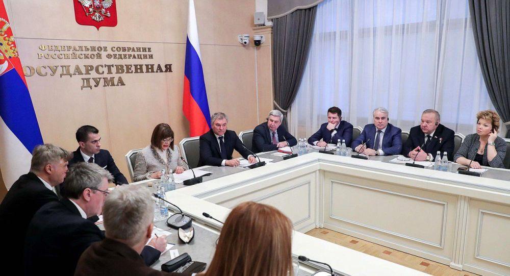 Wiaczesław Wołodin (w centrum) na posiedzeniu komisji międzyparlamentarnej Dumy Państwowej i Zgromadzenia Narodowego Republiki Serbii