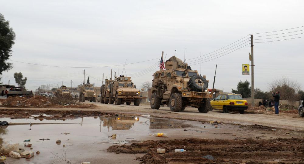 Konwój wojskowy USA na obrzeżach syryjskiego miasta Al-Kamiszli
