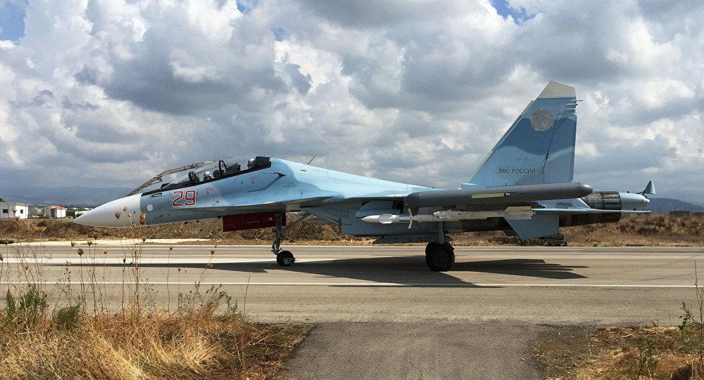 Rosyjski myśliwiec Su-30 w bazie lotniczej Hmelmin w Syrii